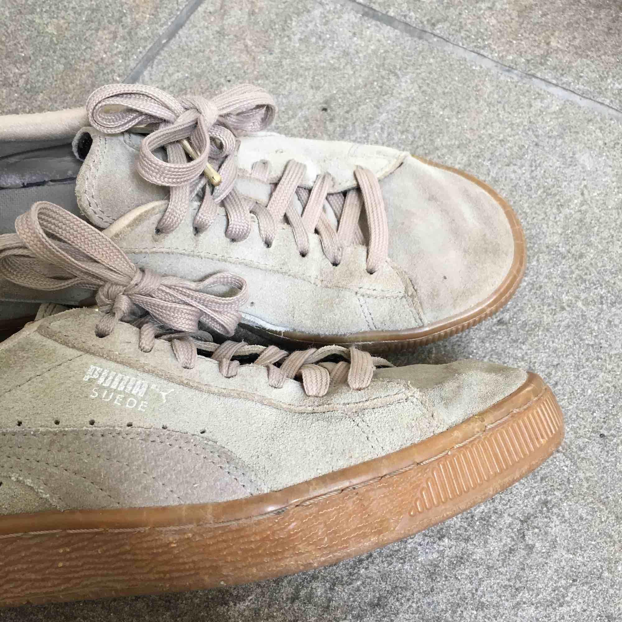 Säljer mina beige/grå puma suede skor! Sparsamt använda men fortfarande fina:-) köparen står för frakt! . Skor.