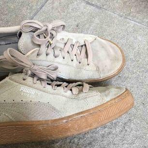 Säljer mina beige/grå puma suede skor! Sparsamt använda men fortfarande fina:-) köparen står för frakt!