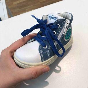 Helt nya italienska läder barnskor i stl 22