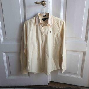 Skjorta från Ralph Lauren i fint skick. Modellen är slim fit men skjortan sitter lite oversized (om man är en S som jag) då det är en större större storlek.