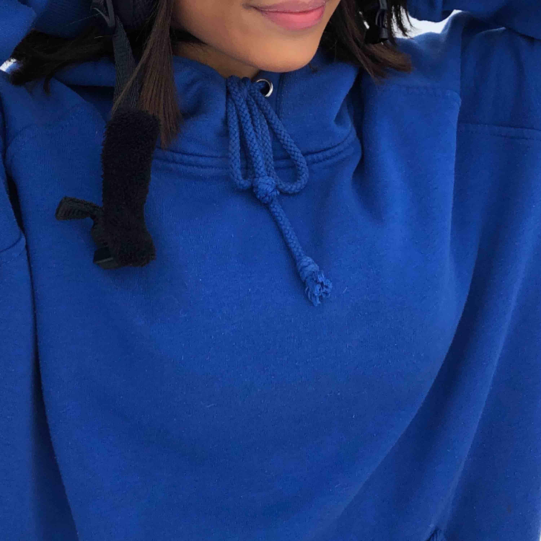 Säljer en blå hoodie från bikbok skulle gissa på att storleken är S. Huvtröjor & Träningströjor.