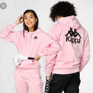 Rosa kappa hoodie använd 1 gång, säljes pga de inte riktigt är min färg - bara att höra av sig för bilder! ☺️