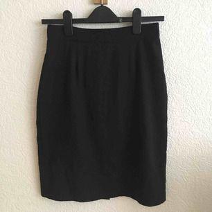 Svart pennkjol i polyester. 72 cm i midja och 55 cm lång. Knäpps med knapp och dragkedja.   Köpare betalar frakt eller möter upp i Malmö 🌼