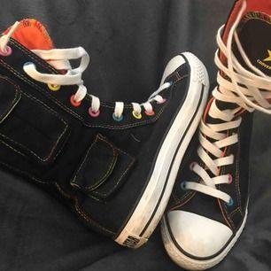 Udda, unika mellanhöga sneakers från converse, med riktiga små fickor på sidorna.