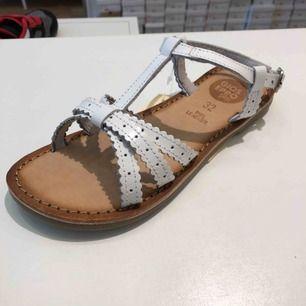 Helt nya skor I stl 32