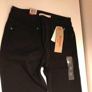Säljer helt oanvända jeans från Levis med alla lappar kvar. Jeansen är svarta och modellen heter 715 bootcut jeans, de är utsvängda. Strlk: W25/L32. Kostar omkring 1000 kr i butik.