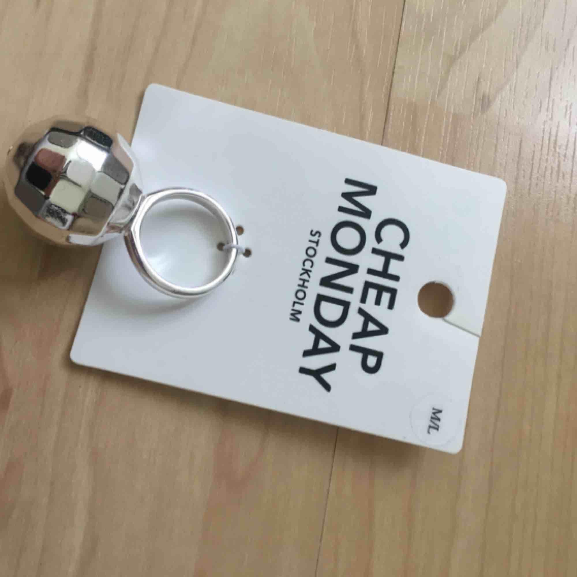 Helt ny ring i strl M/L❤️. Accessoarer.