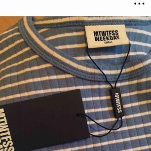 Säljer superfin blå randig t-shirt från Weekday. I bra skick men tags finns ej kvar. Skriv för fler bilder🌟. Priset är exklusive frakt