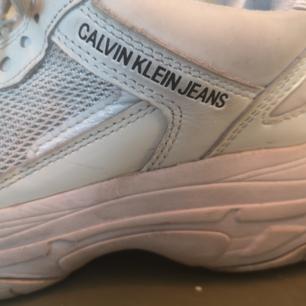 Snygga och sköna vita Calvin Klein Marvin-sneakers.