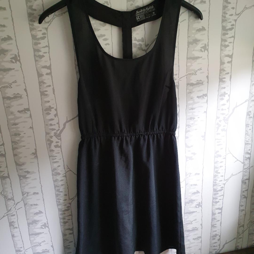 Jättefin klänning som tyvärr aldrig kommit till användning,så i nyskick . Toppar.