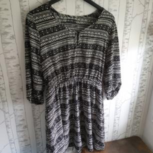 Fin klänning med halvlånga armar knappt använd,i nyskick