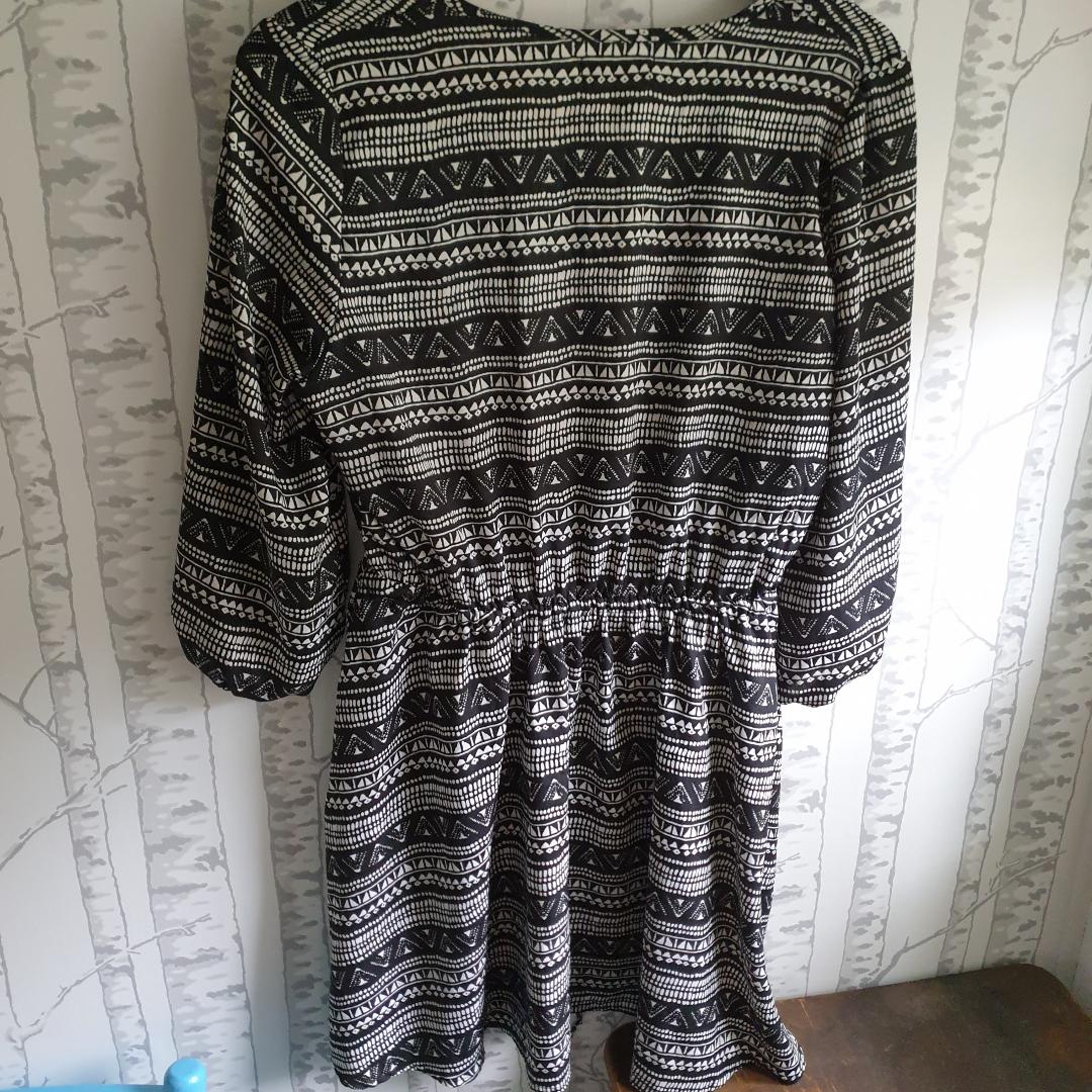 Fin klänning med halvlånga armar knappt använd,i nyskick. Klänningar.