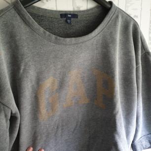 Jättefin och skön gap tröja den är använd antal gånger men i väldigt fint skick