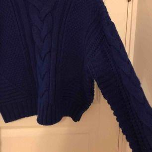 Mysig stickad tröja från H&M i en klarblå färg. Den köptes förra vintern och är endast använd ett fåtal gånger eftersom den är lite för liten för mig. Kommer inte ihåg vad den kostade i affär men gissar på omkring 200-300 kr