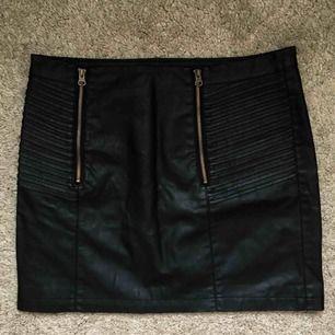 En grym kjol i skinnimitation och detaljer såsom dragkedjor. Använd en gång. Kan frakta eller mötas upp i Stockholmområdet.