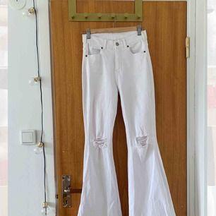 Vita bootcut jeans från Dr.Denim. Sparsamt använda så dom har kvar sin vita färg och är inte urtvättade offwhite! Storlek M men dom passar mig som brukar ha S & 36, dock stretchiga så passar även 38. Highwaist. Nypris 500kr Hör av dig om du har frågor☺️☺️