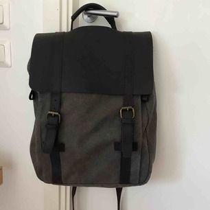 Ryggsäck köpt från Etsy, för 1250kr. Rymlig med ett fack för datorn. Kom med bud :)