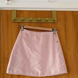 Superfin rosa mockakjol från H&M. Använd fåtal gånger så materialet är fint! Säljer pga för liten. Frakt tillkommer ☺️☺️