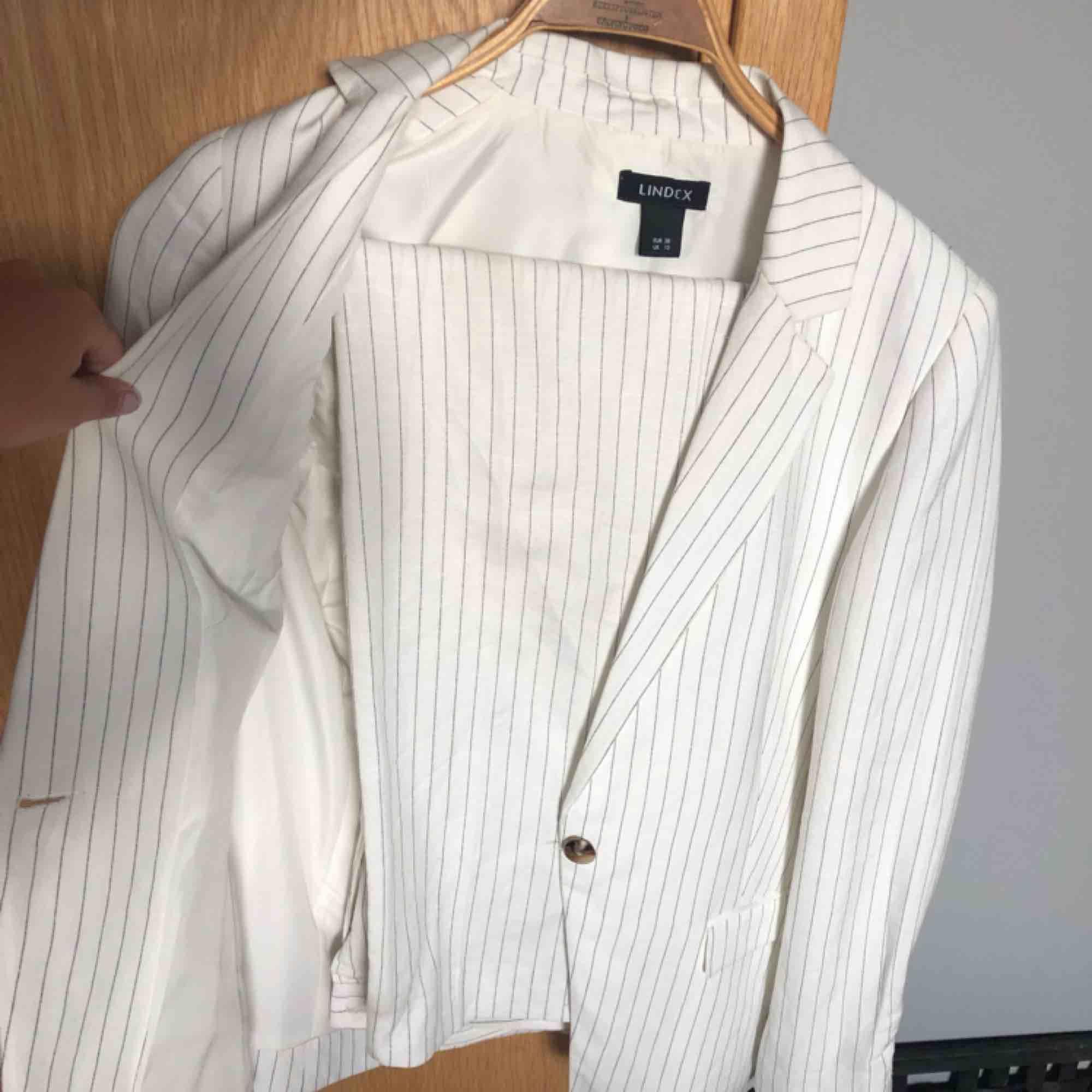 Absolut snyggaste kostym-setet från Lindex som tyvärr är för litet för mig, byxorna är 34 men skulle säga mer att de är 36 och kavajen är i storlek 38. Skriv om ni vill ha fler bilder :). Kostymer.