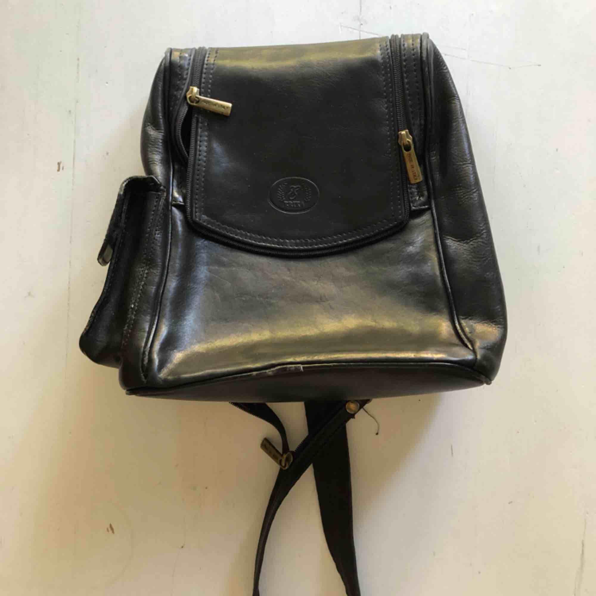Vintage läder väska i bra skick!💕. Väskor.