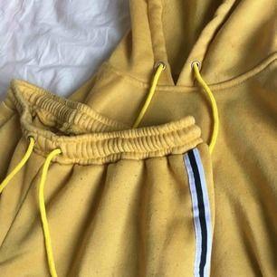 Säljer detta sjukt coola gula mjukis set som blivit för litet för mig nu. Köparen står för frakt 🌸