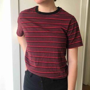 En jättefin t-shirt som passar mycket. Säljer för att jag har fått en tråkig stil aka vit, svart och grå men aa.