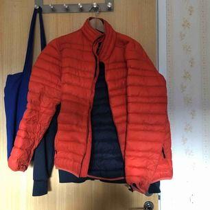 Orange Everest jacka. Väldigt skön och väldigt tunn men håller värmen bra.