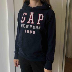 Säljer en 2 år gammal GAP-hoodie som ej är använd så ofta. Köpte i London för 100 pund, vilket motsvarar ca. 1300kr då.