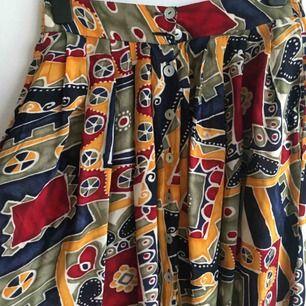Unik vintage kjol med slits, köpt på retro butik!Jättesval och fin till sommaren 🌿🌼