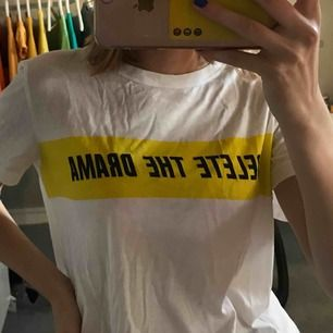 Vanlig vit t-shirt med trycket