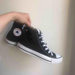Nästintill nya Converse. Höga svarta i storlek 37! Säljer pga använder för lite. Frakten är inräknad, kan även mötas upp (då blir priset 200 kr) 🤩