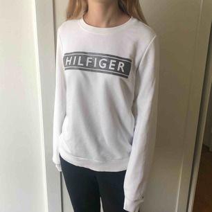 Collage-tröja från Tommy Hilfiger med silvertryck. Använd fåtal gånger och nypris är 1099kr