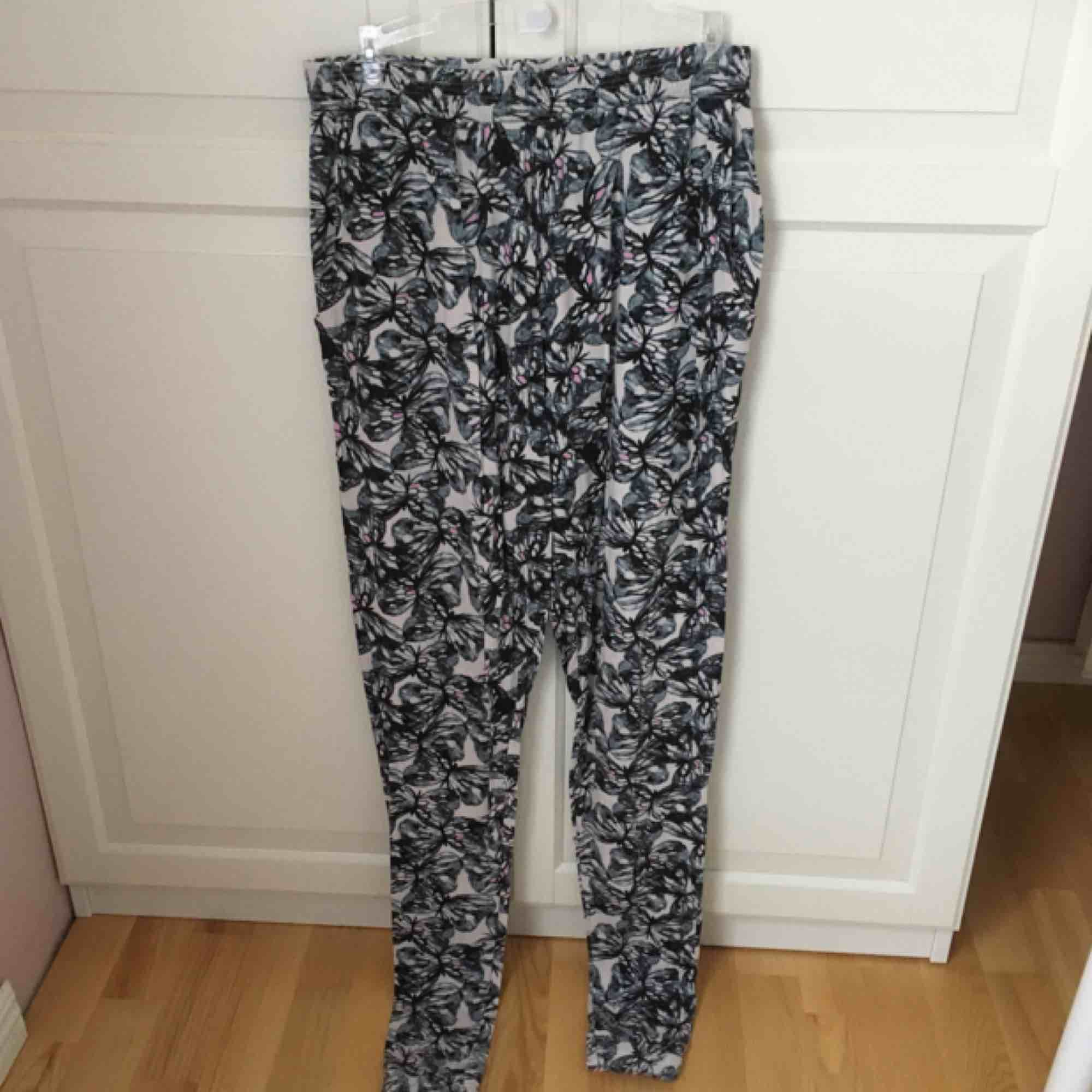 Mjukisbyxor från Gekås, barnstorlek 170. Passar XS-M, mycket stretchiga. Säljer billigt pga dålig kvalitet, dock inga egentliga fel på dem. 🦋. Jeans & Byxor.