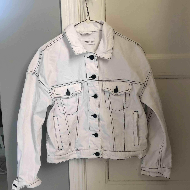 Säljer en vit jeansjacka från Mango. Knappt använd och är i storleken XS/S. Frakt tillkommer! . Jackor.