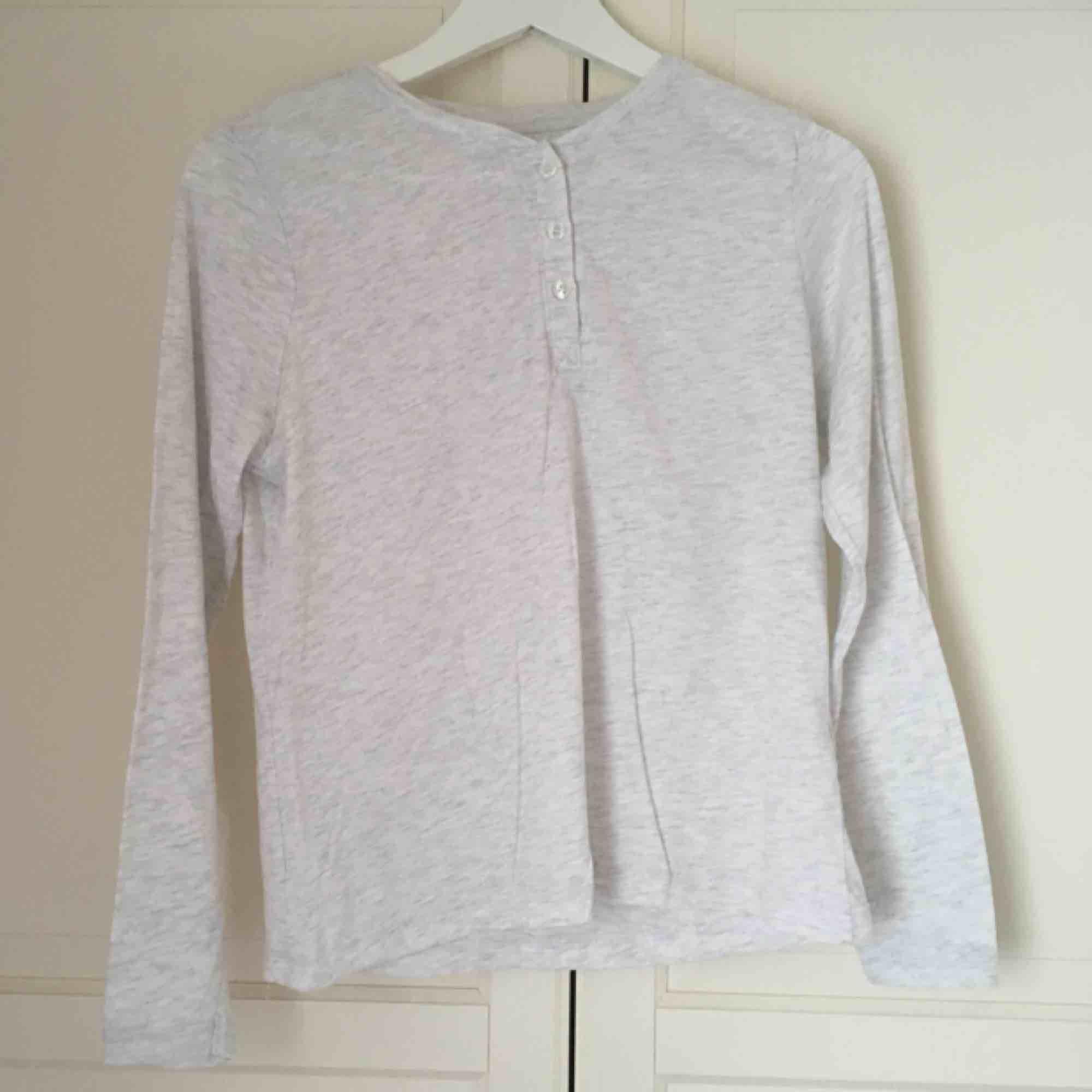 """Mysig pyjamaströja i """"gubb-modell"""" från Cubus. Ljusgrå och ganska genomskinlig, med knappar på framsidan. Aldrig använd ☁️. Tröjor & Koftor."""