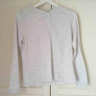 """Mysig pyjamaströja i """"gubb-modell"""" från Cubus. Ljusgrå och ganska genomskinlig, med knappar på framsidan. Aldrig använd ☁️"""