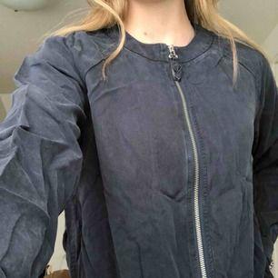 Passar även S.  Marinblå tunn jacka, perfekt för sommar och vår. Köpt på JC. Använd 2 gånger.   Köparen står för frakt