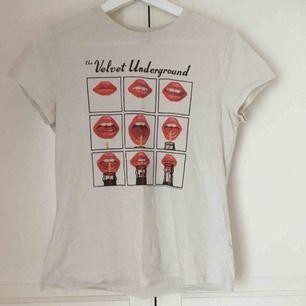 Velvet Underground-tisha från H&M. Använd 1 gång, prima skick! Liten i storleken och lite retro-modell.