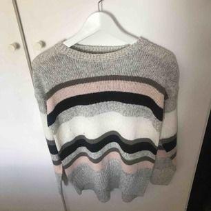 Randig stickad tröja köpt på ASOS, aldrig använd. Möts upp i Uppsala