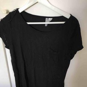 Svart basic tröja från H&M, möts upp i Uppsala !