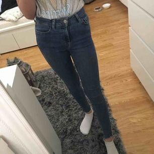 Jeans med gult och vitt streck på sidorna i storlek 32/xxs, priset är inkluderat frakt.