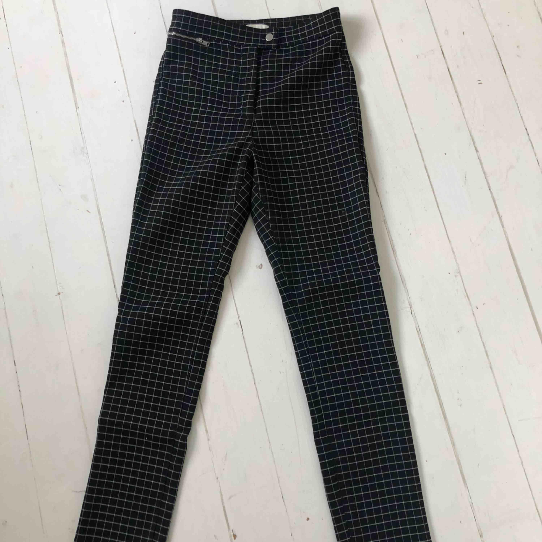 Säljer ett par rutiga byxor från h&m. Storlek 36. Frakt tillkommer! . Jeans & Byxor.