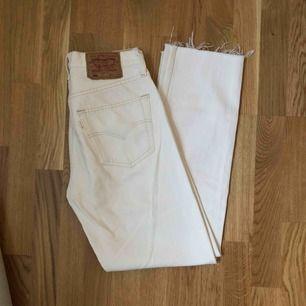 Levis jeans i storlek 31/32, dock avklippta nertill en liten bit. Jag brukar köpa 30 i vanliga fall, och på mig går de hela vägen ner till foten.