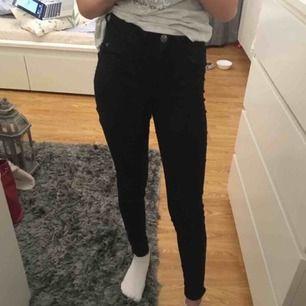 Molly jeans från Gina Tricot i storlek xs/34 passar även xxs/32.frakt är inkluderat i priset
