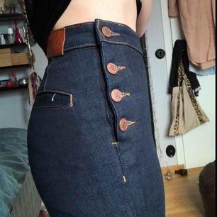 Superfina utsvängda jeans från monki, superbra skick & är helt oanvända💕. (Äkta knappar). ( alldeles försmå för mig så på någon med rätt storlek går de ända ner till fötterna). GRATIS FRAKT! 🦋
