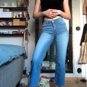 Superfina kortare utsvängda jeans från veromoda.🌸 Helt oanvända & i nyskick.🦋 Passar på en strl M & S skulle jag tro GRATIS FRAKT!
