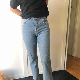 Jeans från H&M med detaljer vid muddarna(?)