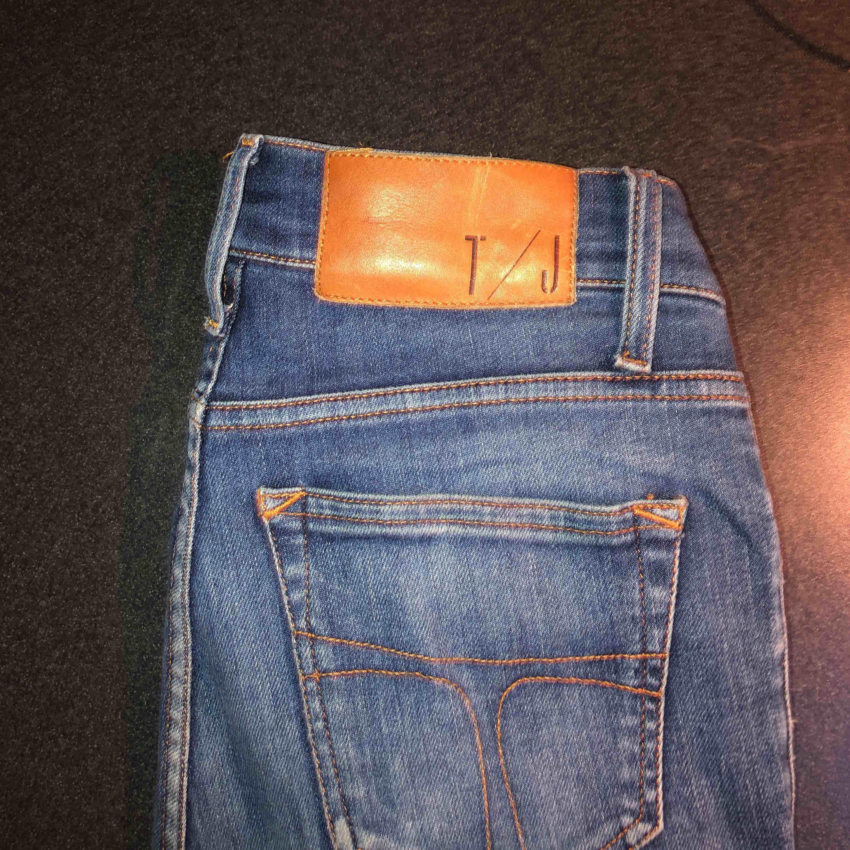 Tighta jeans från Tiger of Sweden säljes för jag ej använder dom samt att jag har för många jeans. Är lagad i en hälla/ögla. Jeans & Byxor.