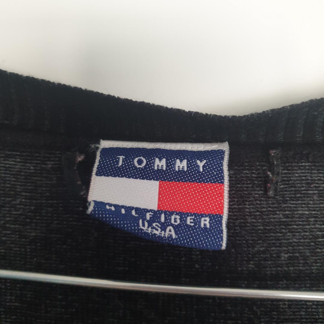 Svart Tommy Hilfiger tröja i bra skick. Mått:  68cm Yttre ärmlängd  58cm Längd byst  47cm längd axel T axel. 80%bomull 20%polyester    . Tröjor & Koftor.