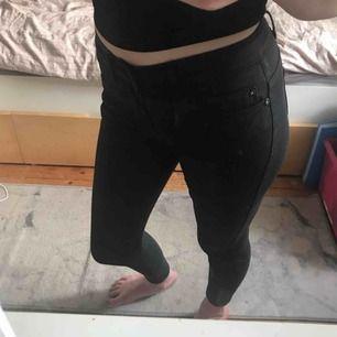 """Ett par svarta """"glansiga"""" jeans/byxor i strl XS från Only. Fint skick 80kr+ ev. 42kr i frakt. (Förlåt för smutsig spegel det är inte byxorna som är smutsiga)"""